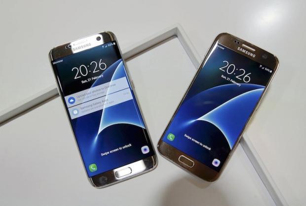 Samsung S7 (ขวา) และ S7 edge