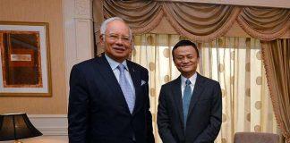 นาจิบ ราซัก นายกรัฐมนตรีมาเลเซีย (ซ้าย) กับ แจ็ค หม่า ครั้งเยือนกรุงปักกิ่ง ประเทศจีน เมื่อวันที่ 4 พฤศจิกายน 2559 (ภาพรอยเตอร์ส)