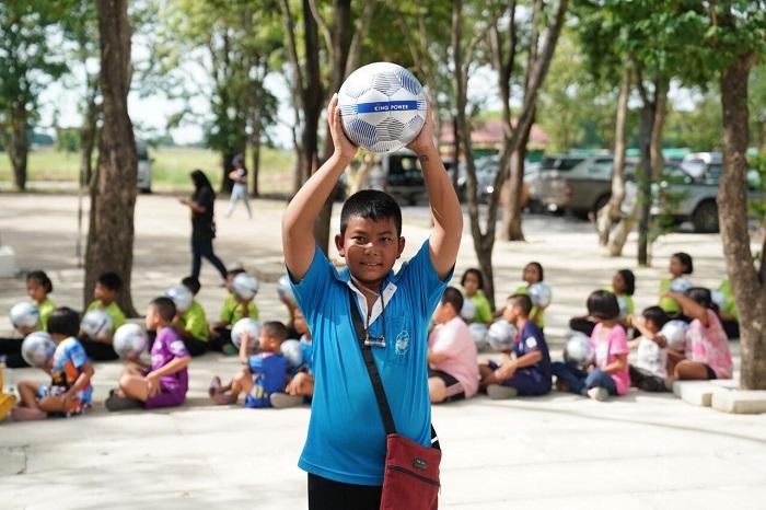 """สตาร์ทปีที่ 3 """"คิงเพาเวอร์"""" แจกลูกฟุตบอลทั่วไทย """"ล้านลูก""""หนุนเยาวชนฝึกทักษะสู่ระดับโลก"""